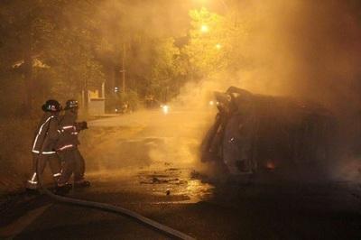 Automóvil se incendia luego de chocar y volcar en Areguá