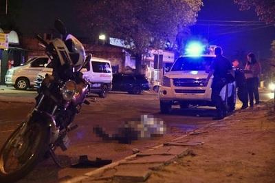 Motociclista muere al caer al pavimento