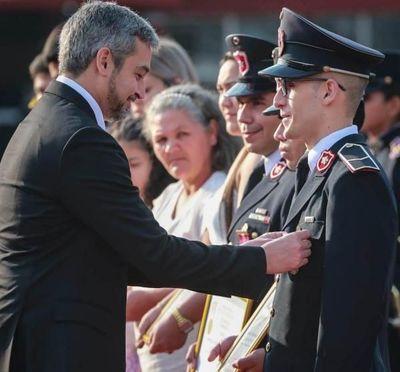 Mario Abdo condecora a oficiales destacados en su labor de proteger a la ciudadanía