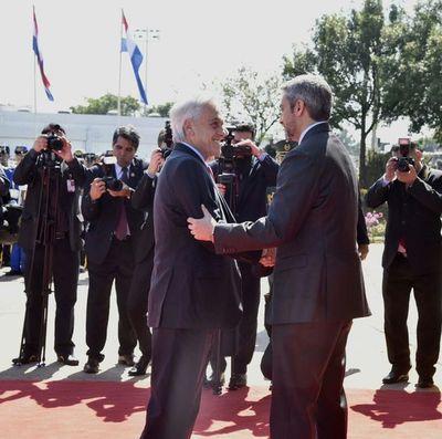 Presidente de Chile visita el Paraguay para conocer situación de los incendios en frontera con Bolivia