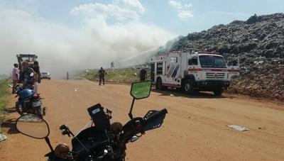 HOY / Bomberos controlan incendio registrado en Cateura: no se descarta quema de basuras como causa