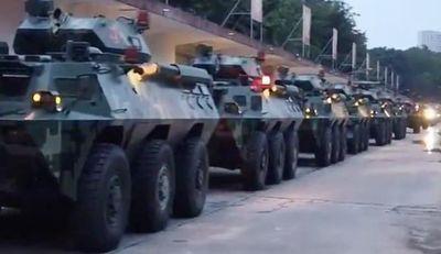 China moviliza convoy militar a la frontera con Hong Kong