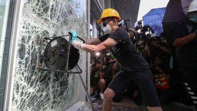 Decenas de manifestantes entran por la fuerza en el Parlamento de Hong Kong