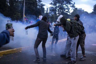 Los manifestantes liberan a policías
