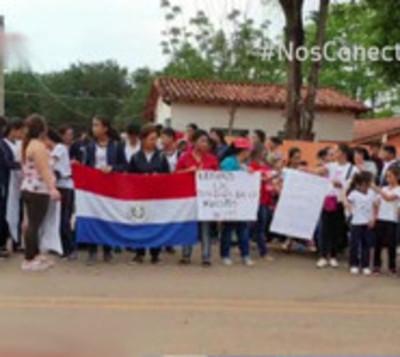 Padres toman escuela en Concepción por falta de docentes
