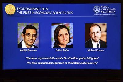 Tres economistas ganan Nobel por trabajos sobre la pobreza