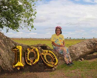 Abuela celebra sus 100 años de manera inusual y divertida