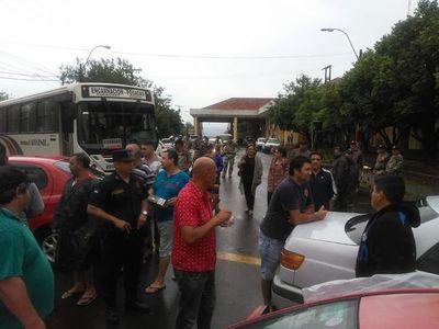 Paseros cierran acceso al puente en Encarnación