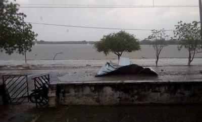 HOY / Fuerte temporal en Bahía Negra deja a su paso destrozos y viviendas destechadas