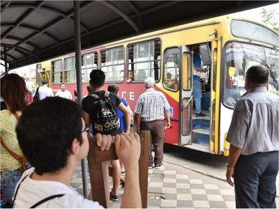 Eterno calvario de pasajeros: Poca frecuencia de buses