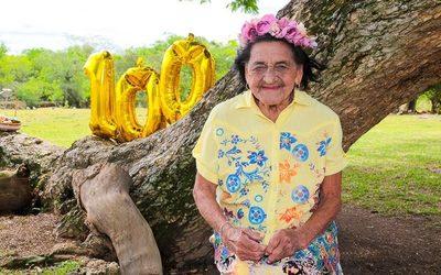 Abuelita cumplió 100 años y celebró haciéndose una colorida sesión de fotos