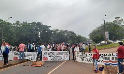 """""""Tomateros"""" protestan contra el contrabando en Caaguazú"""