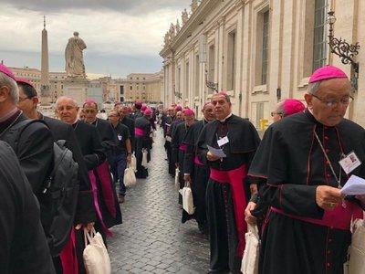 Monseñor Valenzuela entre los hombres de confianza del papa Francisco