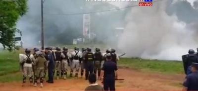 Policía despeja ruta con gases lacrimógenos y carros hidrantes