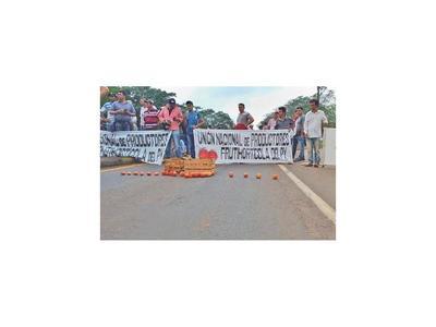 Policía despeja ruta que fue bloqueada por los tomateros