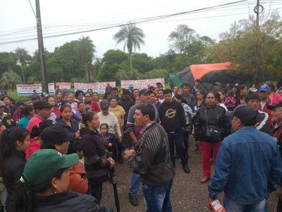 Pobladores se manifiestan frente a Yacyretá en Ayolas