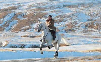 Un paseo de Kim a caballo entre montañas nevadas y los rumores se disparan