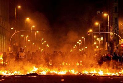 España conmocionada por violentas protestas en Barcelona