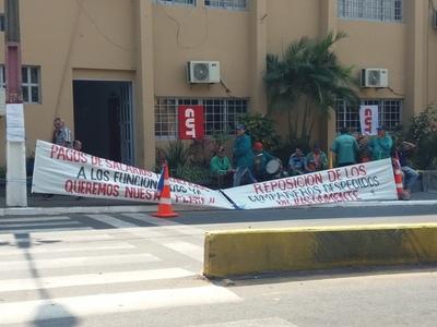 Aumentan los reclamos por salarios adeudados en la Municipalidad de Lambaré