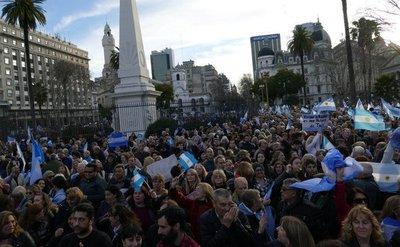 Miles de argentinos salen a apoyar a Macri en todo el país
