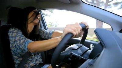 Las personas que cantan en el auto son más felices y estables