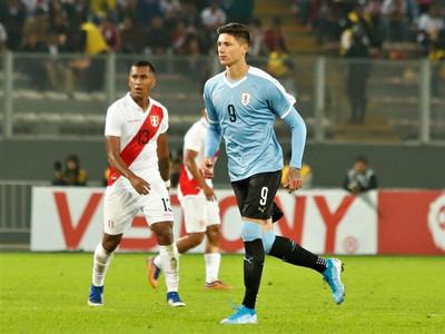 Darwin Núñez se estrena en la Celeste con un gol ante Perú