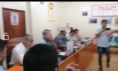 Concejal derrama agua a su colega