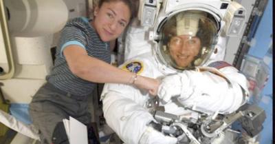 Dos mujeres en el espacio