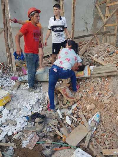 Obreros sufren graves heridas tras caer del andamio en una obra
