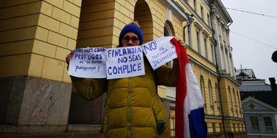 Paraguaya protesta contra refugio a Arrom y Martín en Finlandia