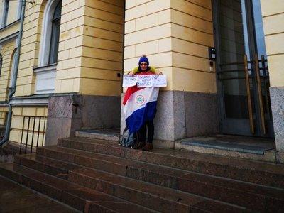Paraguaya protesta en Finlandia contra refugio de Arrom, Martí y Colmán