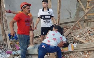 Obreros quedan en grave estado luego de caer del cuarto piso