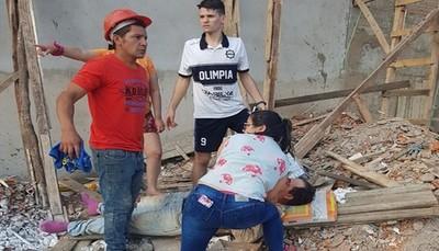 Obreros quedan heridos al caer del cuarto piso