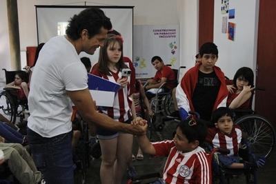 Nelson Haedo visitó Teletón y los niños lo guiaron durante el recorrido
