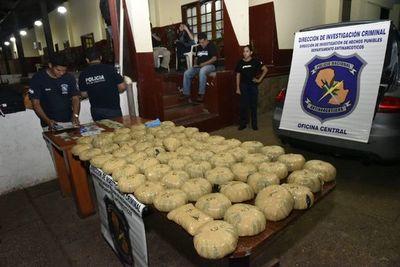 Cónsul suspendido transportaba marihuana en lujoso vehículo
