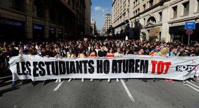 Miles de jóvenes toman las calles en Barcelona tras una noche de disturbios