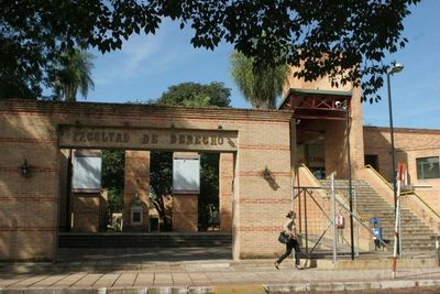 Universitaria denunció por acoso sexual a docente de Derecho UNA