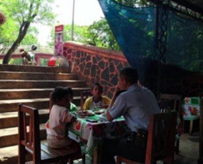 Agente policial invita a almorzar a niños de la calle