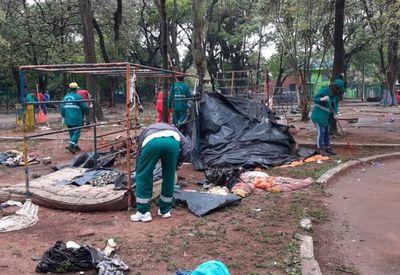 Damnificados dejaron 9,5 toneladas de basura