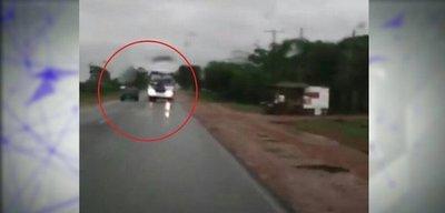 Bus realiza adelantamiento temerario y casi termina en choque