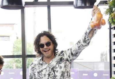 Cimarro exhibe mandarinas como trofeo
