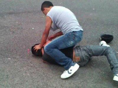 Un policía golpeó a un hombre por despecho