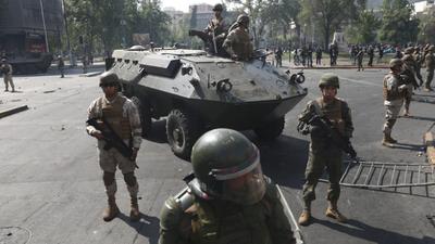 Militares custodian calles y supermercados no abrieron por temor a nuevos saqueos en Chile