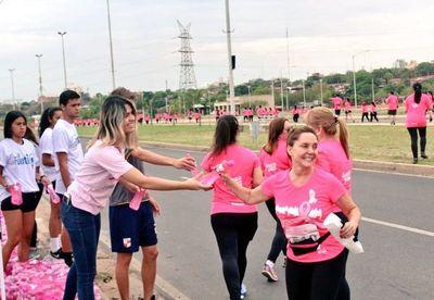 Essap hidrata a mujeres en corrida por lucha contra cáncer de mama