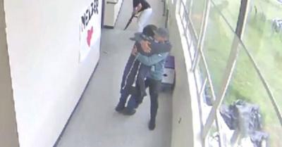 Profesor atrapa a alumno armado