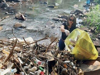 Crece la inconsciencia: Se duplica  basura extraída del arroyo Acaraymí