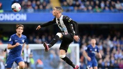 El DT del Newcastle admitió que Almirón tiene 'baja confianza'