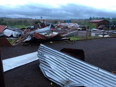 Temporal destechó 93 casas, la iglesia y un cole en Ybyrarobaná