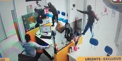 Guardia de casa de crédito abate a asaltante