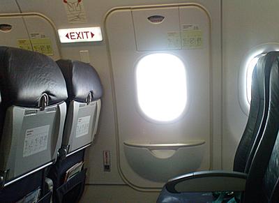 Quiso abrir la salida de emergencia de un avión en vuelo y lo tuvieron que atar